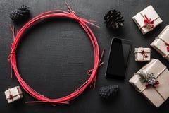Ευχετήρια κάρτα με το νέο μήνυμα έτους και Χριστουγέννων, στο μαύρο υπόβαθρο με το διάστημα για τις λέξεις χαιρετισμού Στοκ εικόνες με δικαίωμα ελεύθερης χρήσης
