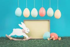 Ευχετήρια κάρτα Πάσχας με το εκλεκτής ποιότητας λαγουδάκι στοκ φωτογραφίες