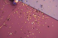 Ευχετήρια κάρτα Πάσχας Χρυσό κομφετί στα χρωματισμένα φύλλα Χρυσό αυγό Πάσχας στην επιφάνεια Τοπ άποψη των ρυθμίσεων ντεκόρ στοκ εικόνα με δικαίωμα ελεύθερης χρήσης