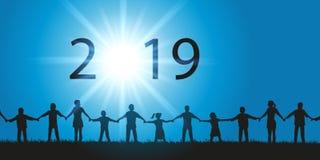 Ευχετήρια κάρτα 2019 στην έννοια της αδελφότητας με τους ανθρώπους που τινάζουν τα χέρια που εξετάζουν τον ουρανό ελεύθερη απεικόνιση δικαιώματος