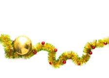 Ευχετήρια κάρτα φιαγμένη από κίτρινο και πράσινο tinsel πλαίσιο με τις κόκκινες σφαίρες Χριστουγέννων Στοκ Φωτογραφίες