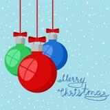 Ευχετήρια κάρτα Χαρούμενα Χριστούγεννας στο χιονώδες υπόβαθρο με τις κόκκινες, πράσινες και μπλε διακοσμητικές σφαίρες, stok διαν ελεύθερη απεικόνιση δικαιώματος