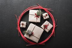 Ευχετήρια κάρτα Χριστουγέννων με πολλά δώρα για τις χειμερινές διακοπές σε έναν κόκκινο κύκλο Στοκ Εικόνα
