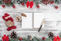 Ευχετήρια κάρτα Χριστουγέννων Παλαιό ξύλινο υπόβαθρο Χριστουγέννων Γιρλάντες, μπιχλιμπίδια, snowflakes και άλλα στοιχεία διακοπών στοκ εικόνες