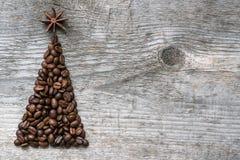 Ευχετήρια κάρτα χριστουγεννιάτικων δέντρων φιαγμένη από καφέ Στοκ εικόνες με δικαίωμα ελεύθερης χρήσης