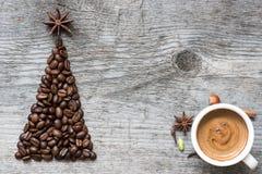 Ευχετήρια κάρτα χριστουγεννιάτικων δέντρων φιαγμένη από καφέ στοκ φωτογραφία