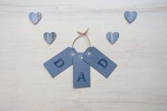 Ευχετήριες κάρτες με τις καρδιές στο άσπρο ξύλινο υπόβαθρο Στοκ εικόνα με δικαίωμα ελεύθερης χρήσης