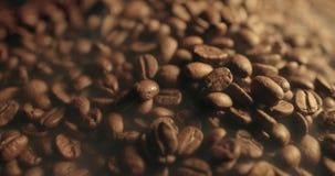 Ευώδη ψημένα φασόλια καφέ και αρωματικός καυτός καπνός κοντά επάνω απόθεμα βίντεο