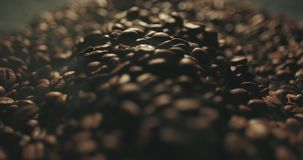 Ευώδη ψημένα φασόλια καφέ που καταβρέχουν από τα χέρια ατόμων Αρωματικός καπνός και καφετί υπόβαθρο σε σε αργή κίνηση απόθεμα βίντεο