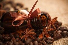 Ευώδες πετρέλαιο μπουκαλιών με τα αρωματικά φασόλια καφέ Στοκ Εικόνες