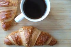 Ευώδες πρόγευμα croissants και μαύρος καφές Στοκ εικόνα με δικαίωμα ελεύθερης χρήσης