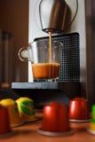 Ευώδες coffe πρωινού με τη μηχανή coffe Στοκ Εικόνα