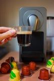 Ευώδης καφές πρωινού με τη μηχανή καφέ Στοκ φωτογραφία με δικαίωμα ελεύθερης χρήσης
