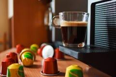Ευώδης καφές πρωινού με τη μηχανή coffe Στοκ εικόνα με δικαίωμα ελεύθερης χρήσης