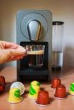 Ευώδης καφές πρωινού με τις κάψες σε girl& x27 χέρι του s Στοκ φωτογραφία με δικαίωμα ελεύθερης χρήσης