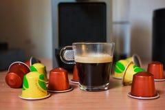 Ευώδης καφές πρωινού με τις κάψες Στοκ φωτογραφία με δικαίωμα ελεύθερης χρήσης