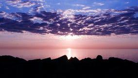 Ευδιάκριτος, κρύσταλλο - σαφής ομορφιά που πυροβολείται του ήλιου που αυξάνεται πέρα από τη λίμνη Μίτσιγκαν Στοκ φωτογραφία με δικαίωμα ελεύθερης χρήσης