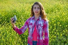Εφήβων λιβάδι άνοιξη φωτογραφιών κοριτσιών selfie τηλεοπτικό στοκ φωτογραφίες