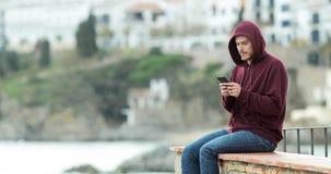 Εφήβων στο τηλέφωνο και να κοιτάξει μακριά φιλμ μικρού μήκους