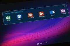 Εφαρμογές του Microsoft Office στην ταμπλέτα με αρρενωπό Στοκ Εικόνες