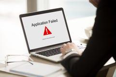 Εφαρμογή αποτυχημένη, επιχειρηματίας που έχει το πρόβλημα με το lap-top, μαλακό Στοκ φωτογραφίες με δικαίωμα ελεύθερης χρήσης