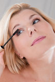 'Εφαρμογή' μαύρου mascara κοριτ&sig Στοκ φωτογραφίες με δικαίωμα ελεύθερης χρήσης