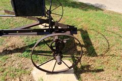 Εφαρμογή ροδών στα παλαιά γεωργικά μηχανήματα στοκ εικόνα