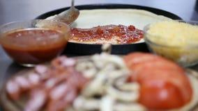 Εφαρμογή σάλτσας για την πίτσα απόθεμα βίντεο
