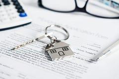 Εφαρμογή συμφωνίας ενυπόθηκου δανείου με διαμορφωμένο το σπίτι μπρελόκ Στοκ Εικόνες