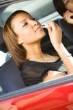 'Εφαρμογή' της γυναίκας κραγιόν αυτοκινήτων στοκ εικόνες
