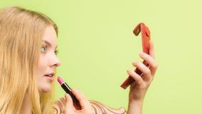 'Εφαρμογή' της ελκυστική&s η γυναίκα με το ραβδί Στοκ φωτογραφία με δικαίωμα ελεύθερης χρήσης