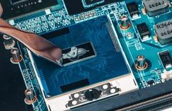 Εφαρμογή της θερμικής κόλλας στο τσιπ επεξεργαστών lap-top για την υψηλής ποιότητας ψύξη στοκ εικόνες