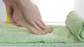 Εφαρμογή της καλλυντικής κρέμας ποδιών απόθεμα βίντεο