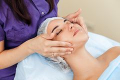 Εφαρμογή της κρέμας στο πρόσωπο Μηχανικός καθαρισμός του προσώπου cosmetology Στοκ Εικόνα