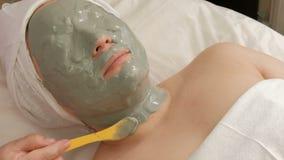 Εφαρμογή της μάσκας άλατος αλγινικού οξέος στο θηλυκό λαιμό σε ένα σαλόνι ομορφιάς Καλλυντική διαδικασία για τις γυναίκες Σύγχρον φιλμ μικρού μήκους