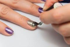 Εφαρμογή της στιλβωτικής ουσίας καρφιών πηκτωμάτων στα καρφιά των δάχτυλων Στοκ εικόνα με δικαίωμα ελεύθερης χρήσης