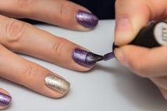 Εφαρμογή της στιλβωτικής ουσίας καρφιών πηκτωμάτων στα καρφιά των δάχτυλων Στοκ Εικόνα
