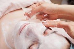 'Εφαρμογή' της του προσώπου επεξεργασίας μεταξιού μασκών ομορφιάς στοκ εικόνες με δικαίωμα ελεύθερης χρήσης