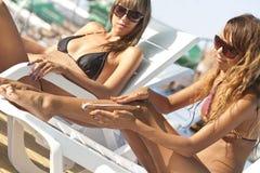 'Εφαρμογή' της suntan γυναίκας &la Στοκ εικόνα με δικαίωμα ελεύθερης χρήσης