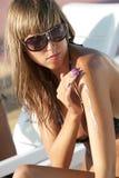 'Εφαρμογή' της suntan γυναίκας &la Στοκ εικόνες με δικαίωμα ελεύθερης χρήσης