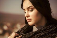 'Εφαρμογή' του διαφανούς βερνικιού δερμάτων προσοχής μοντέρνη θέτοντας γυναίκα Γυναίκα ή ιδιαίτερες κορίτσι προσοχές στο πρόσωπο  Στοκ Εικόνες
