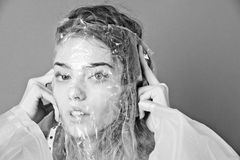 'Εφαρμογή' του διαφανούς βερνικιού δερμάτων προσοχής τοποθέτηση γυναικών με διαφανή, πλαστική τσάντα στο λατρευτό πρόσωπο Στοκ εικόνες με δικαίωμα ελεύθερης χρήσης
