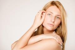 'Εφαρμογή' του διαφανούς βερνικιού δερμάτων προσοχής Πρόσωπο γυναικών χωρίς το makeup στοκ εικόνα με δικαίωμα ελεύθερης χρήσης