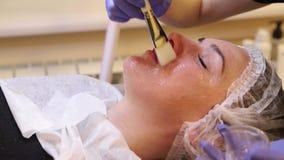 Εφαρμογή του καλλυντικού πηκτώματος στον ασθενή προσώπου φιλμ μικρού μήκους