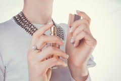 'Εφαρμογή' του καρπού γυναικών αρώματός της Στοκ εικόνα με δικαίωμα ελεύθερης χρήσης