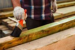 Εφαρμογή του προστατευτικού βερνικιού στις ξύλινες ακτίνες στοκ εικόνες με δικαίωμα ελεύθερης χρήσης