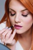 'Εφαρμογή' του στενού makeup επ στοκ φωτογραφίες με δικαίωμα ελεύθερης χρήσης