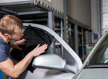 Εφαρμογή του φύλλου αλουμινίου βαψίματος επάνω σε ένα παράθυρο αυτοκινήτων Στοκ φωτογραφίες με δικαίωμα ελεύθερης χρήσης