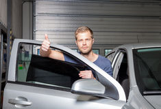 Εφαρμογή του φύλλου αλουμινίου βαψίματος επάνω σε ένα παράθυρο αυτοκινήτων Στοκ εικόνες με δικαίωμα ελεύθερης χρήσης