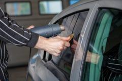 Εφαρμογή του φύλλου αλουμινίου βαψίματος σε ένα παράθυρο αυτοκινήτων Στοκ εικόνες με δικαίωμα ελεύθερης χρήσης